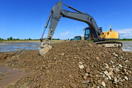 mainstream: Extracting and loading gravel excavated in the mainstream of the river Zdjęcie Seryjne