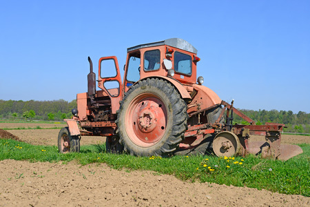 hauling tractor: Wheeled tractor in the field