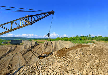 grail: Extraction of gravel by a dredge in open cast