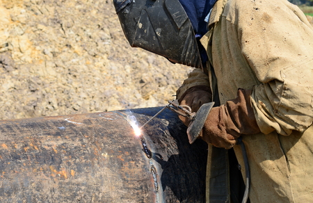 pressurized: Welder on the pipeline repairs Stock Photo
