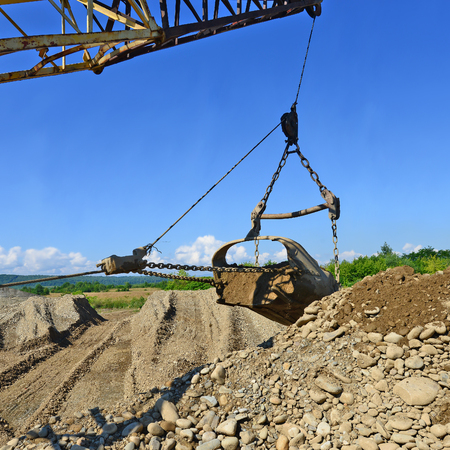 excavating machine: Extraction of gravel by a dredge in open cast