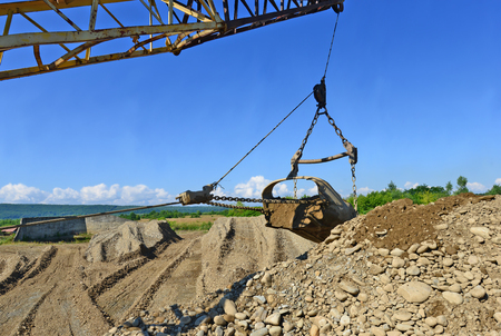 erection: Extraction of gravel by a dredge in open cast