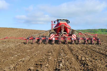 seed drill: Planting corn trailed planter