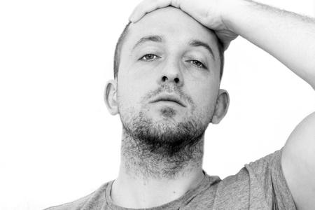 persona deprimida: hombre deprimido con la cabeza entre las manos