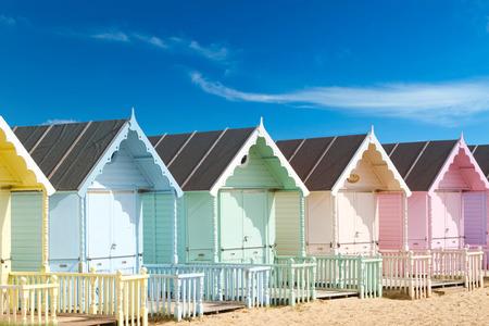 caba�a: Tradicionales caba�as de playa brit�nicas en un d�a soleado Foto de archivo