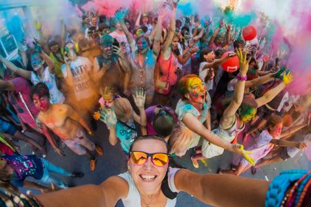 Een groep van jonge mensen op het festival van kleuren Holi in Rusland, Novokuznetsk. Selfie.