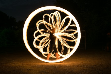 Fire-show man in action in night time. Foto de archivo