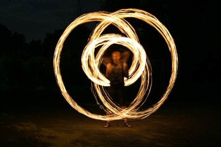 Fire-show man in action in night time. Banque d'images