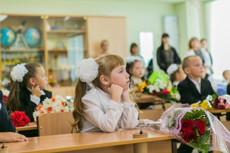 conocimiento: Novokuznetsk, Kemerovo Region, Rusia - septiembre, 1, 2014: Los estudiantes de primer grado y maestros están en aula de la escuela a primera lección. El día de los conocimientos en Rusia. Editorial