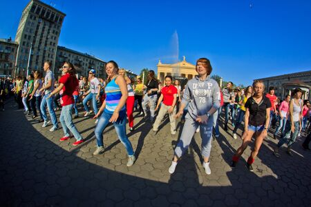 mob: NOVOKUZNETSK, KEMEROVO REGION, RUSSIA-MAY 13, 2012 ::  Many young people came to take part in a big dancing flash mob on the street near the theatre of Novokuznetsk.