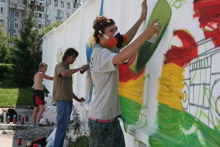 creativity artist: NOVOKUZNTETSK, KEMEROVO REGION, RUSSIA-18 JULY. 2009 :: Graffiti artist in spraying the wall. 18 July, 2009 Editorial