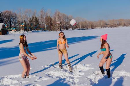 Novokuznetsk, région de Kemerovo, Russie-23 février 2017: Les plages blanches de Sibérie sont une activité d'entreprise où les gens jouent aux jeux de plage en bikini en hiver. Femmes jouant au volleyball sur la neige Banque d'images - 92968003