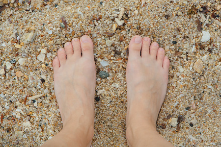 Woman's Bare Feet on the beach. Sand texture. Standard-Bild - 101727406