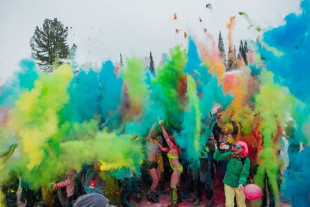 Een groep jongeren die kleurrijk holipoeder werpen. Redactioneel