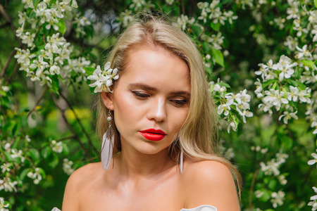 Sexy modern bride enjoing blooming apple tree flowers in spring time Фото со стока - 122939493