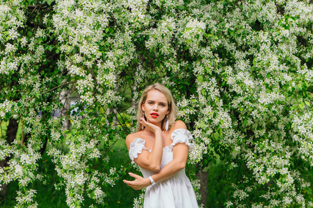 Sexy modern bride enjoing blooming apple tree flowers in spring time Фото со стока - 122939607