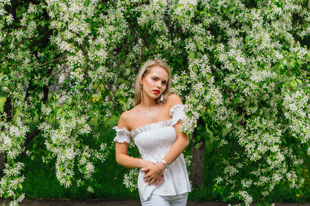 Sexy modern bride enjoing blooming apple tree flowers in spring time Фото со стока - 122939831