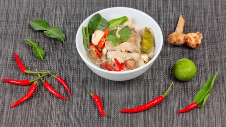 higado de pollo: Chicken and galangal in coconut milk soup and herb Foto de archivo