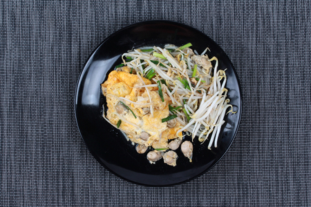 bean sprouts: Fried oyster with bean sprouts and shallot as Hoi Tod in Thai served with chili sauce is popular seafood in street food and restaurant. Stock Photo