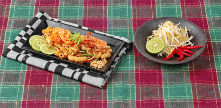 tamarindo: Thai fried macaroni with shrimp , call Pad Thai Macaroni in Thai, is interfood by using macaroni to cooked with Pad Thai as tamarind sauce,egg,minced roasted nut,green lemon,red hot chili pepper,bean sprouts,lentils,tofu and coriander.  Foto de archivo