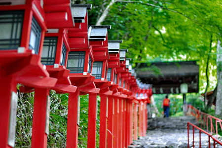 赤色光極を続けて京都貴船神社の階段の入り口。選択と集中。 写真素材