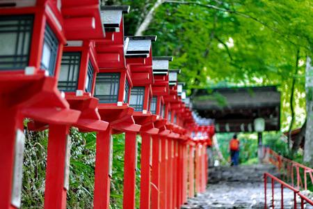 붉은 빛 폴란드 기 교 신사, 교토, 일본에 계단 입구를 계속했다. 선택적 포커스입니다.