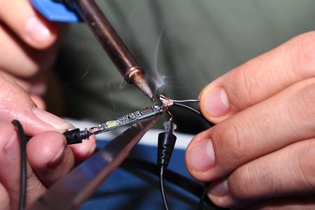 circuitos electronicos: Los circuitos electrónicos procedimiento, uso de soldadura de hierro para soldar poros relación con alambre de estaño. enfoque selectivo. Foto de archivo