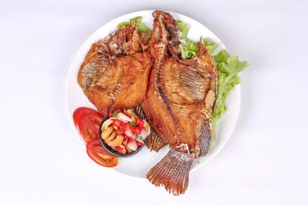 tamarindo: Cocina tailandesa, Tilapia frita con ensalada de hierbas picantes y agrias. Foto de archivo