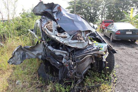 Ayuthaya, Thailandia - 9 ottobre 2018: Auto rottamata grigia che ha subito gravi danni. Il parcheggio è un testimone materiale nella stazione di polizia.