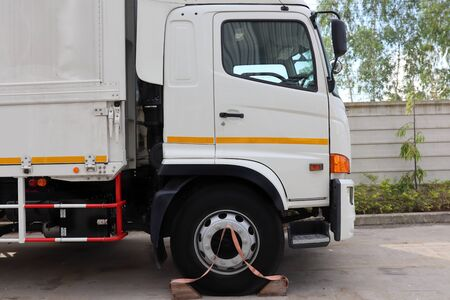 Lorry wooden antislip, Anti Slip Durable Vehicle Truck Wooden Wheel Stopper ,Wood prevents the move wheel  of  trucks. 版權商用圖片
