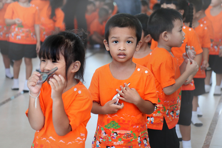 Samutprakarn,Thailand ,23 Nov 2018, Young children dressed in orange patterned fun and enjoy with the primary school activiries. 新聞圖片