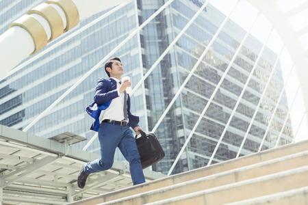 Homme d'affaires courir pour travailler en heure de pointe