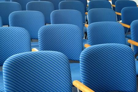 rayures diagonales: Les rang�es de si�ges vides bleu avec des rayures diagonales Banque d'images