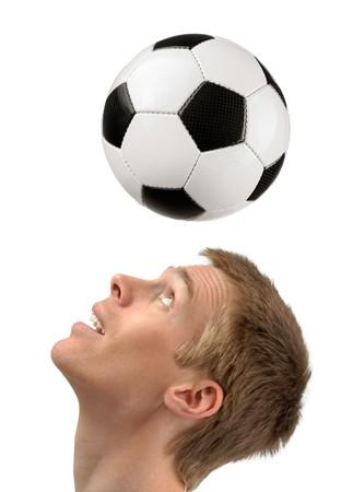 world player: Disparo de estudio aislado de un jugador de f�tbol joven tocando la bola con su cabeza