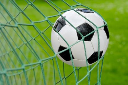 streichholz: Nahaufnahme eines Fußball-ball fliegen ins Netz  Lizenzfreie Bilder