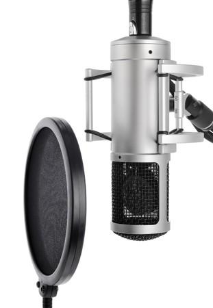 estudio de grabacion: Configuraci�n de la grabaci�n vocal que contiene un micr�fono profesional y un filtro pop sobre fondo blanco