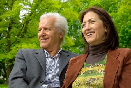 enjoy life: Felice coppia senior attivo seduto in un parco e avendo un bel tempo Archivio Fotografico