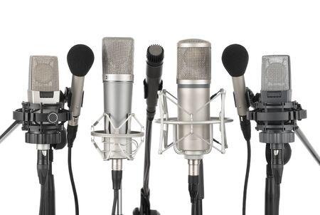 estudio de grabacion: Tiro de estudio de siete micr�fonos profesionales en una fila sobre fondo blanco Foto de archivo