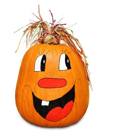 Calabaza aislado con la cara pintada feliz y pelo de paja