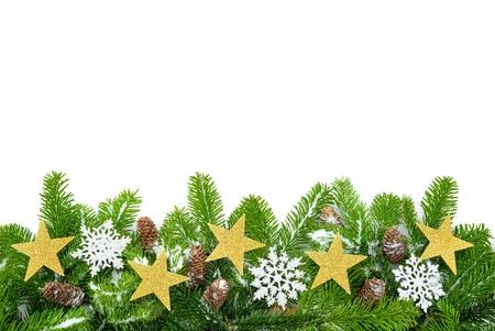 Studio shot van verse dennen takken met sterren, sneeuw en kegels op een witte achtergrond Stockfoto