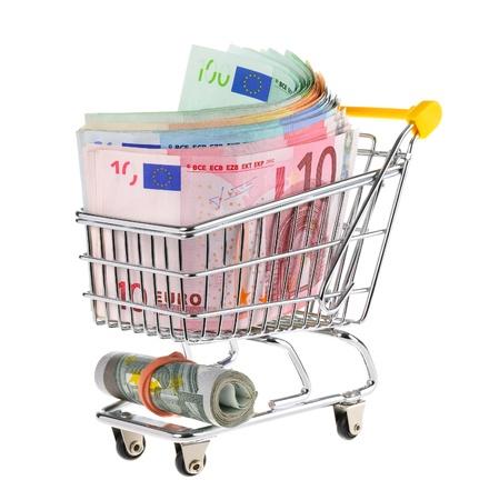 dinero euros: Tiro del estudio conceptual de un mont�n de billetes en euros llenar un carrito de la compra sobre fondo blanco Foto de archivo