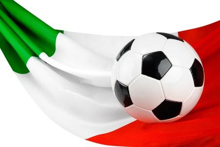 bandera italia: Balón de fútbol en una bandera italiana que cuelga de un modo fantástico como un símbolo de amor de Italia de fútbol Foto de archivo