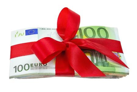 profiting: Mazzo di banconote in euro ben legato con nastro rosso come un dono, girato in studio isolato