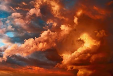 Velmi dramatický západ slunce scéna s oblaky s fascinující tvary a živé barvy