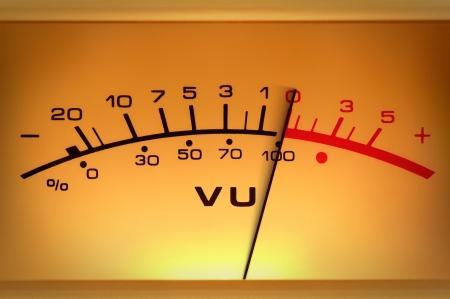 metro de medir: Dispositivo de medición analógico con la aguja en movimiento, estudio primer plano