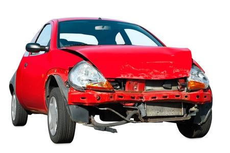Silně poškozené červené auto na bílém pozadí