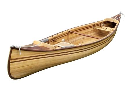 piragua: Pequeña embarcación de madera de remo vacío aislado en fondo blanco puro