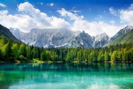 jezior: PiÄ™kny krajobraz z turkusem jezioro, las i góry Zdjęcie Seryjne