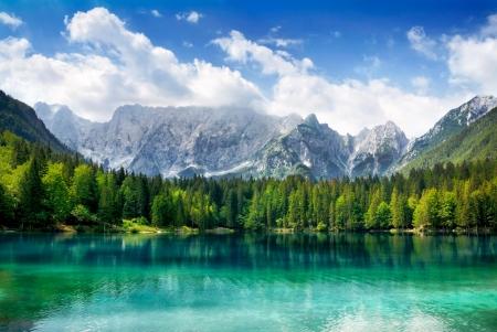 Piękny krajobraz z turkusem jezioro, las i góry