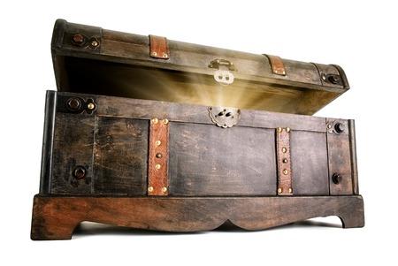 Cofre del tesoro vintage se abre para revelar un secreto luminosa, pero oculta